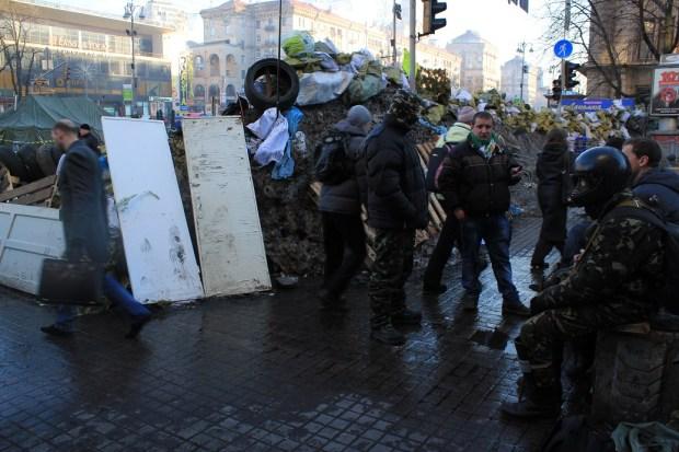 Mann med hjelm ved barrikadene lite bilde
