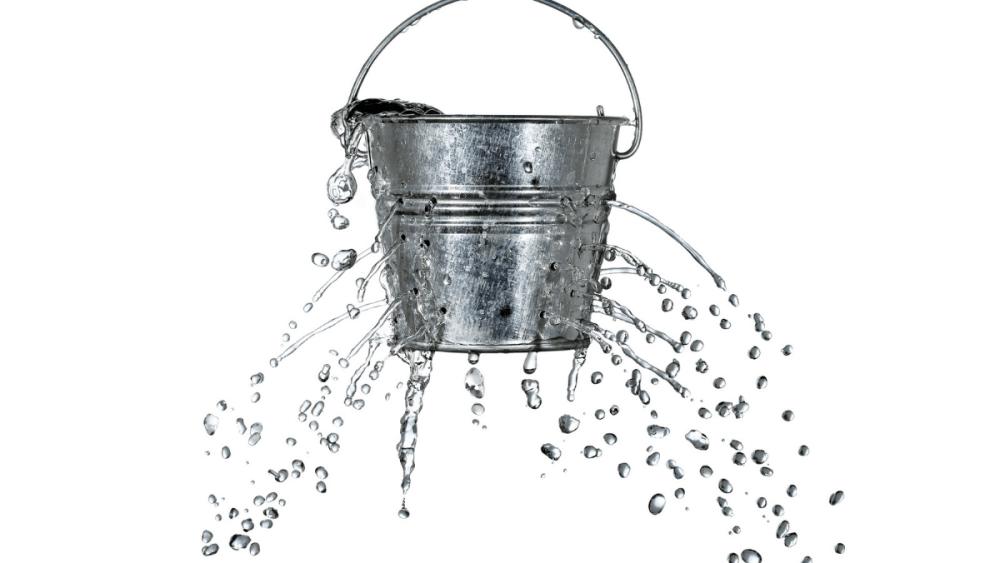 Das Bild enthält einen Eimer mit vielen Löchern, aus denen das Wasser unkontrolliert herausläuft. Für die Engpasskonzentrierte Strategie bedeutet das: Dichten Sie das unterste Loch ab. (Bild: costasz via depositphotos)