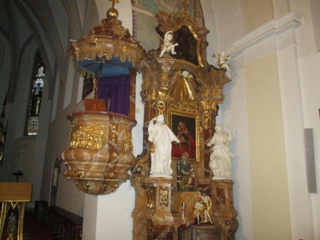 kazatelna z roku 1739,barokní křtitelnice,postranní oltář vpravo