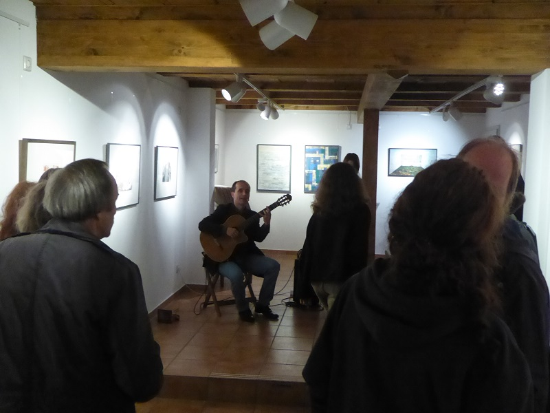 Musiker Alejandro Leon bei Vernissage in der KunstGalerieHans