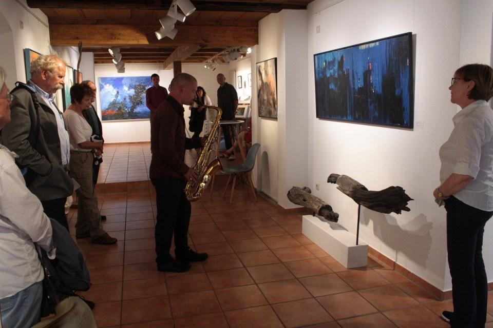 """Ausstellungseröffnung """"Form und Farbe"""" am 28.7.2017 in der KunstGalerieHans (vorn rechts Helga Kellert-Leete)"""