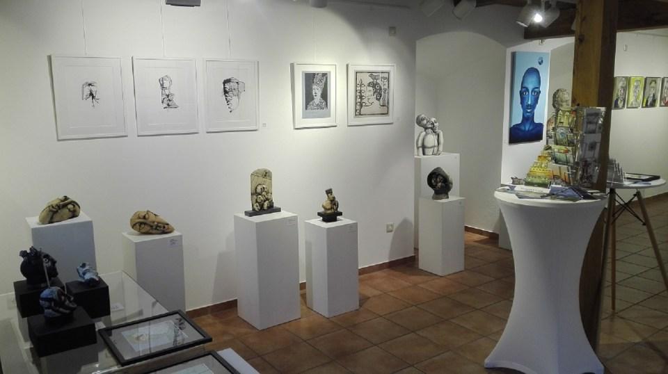 """KunstGalerieHans Ausstellung """"Köpfe"""" - Einblick vorn links"""