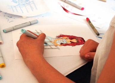 Hand, die mit Copicmarkern das Kleid eines Charakters koloriert.