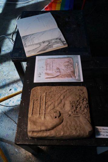 Skizze, Foto und fertiges Tonobjekt: Relief