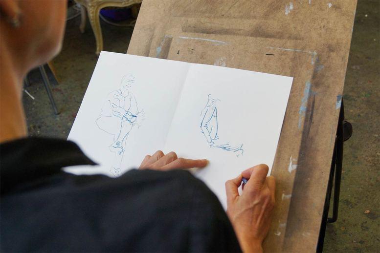 Skizze von sitzendem Modell