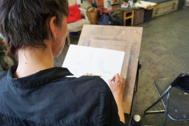 Studentin, die eine Skizze anfertigt