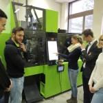 Einige Schüler der 4. Klasse mit Professor Dipl.-Ing. Dr. Thomas Kratochvilla an der neuen Engel-Maschine. Foto: K. Sochor