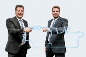 Michael Domes (links) und Christian Wolfsberger betreuen seit Jahresbeginn 2016 die Kunden von Sumitomo (SHI) Demag in Österreich.   Foto: Sumitomo (SHI) Demag
