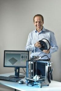 Vorstand Alexander Hofer präsentiert die neueste Entwicklung von Chemson - das 3D Vinyl™-Filament. Mit dem Filament macht Chemson den Werkstoff PVC nun auch für den 3D-Druck verfügbar. Die Formulierung eignet sich besonders für den Druck von Stützstrukturen und somit für die Produktion von Prototypen und Endbauteilen.   Foto: Chemson