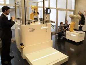 In der begleitenden Fachausstellung wurde die neue Robotergeneration TX2 präsentiert, Roboter für alle Stufen der Mensch-Roboter-Kollaboration. | Foto: Stäubli
