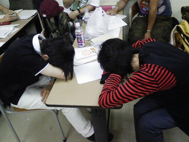 経営分析の授業の直前,仮眠を取る学生たち。