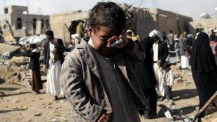 Seorang anak lelaki menangis di depan reruntuhan bangunan yang dijatuhi bom dari serangan udara pimpinan Arab Saudi di San'a, Yaman. (dok. Xinhua)