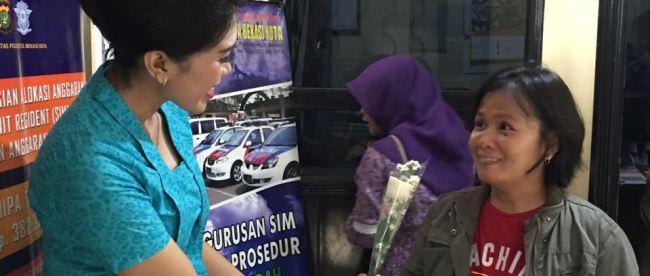 Memperingati Hari Kartini, Polwan Kota Bekasi melayani permohonan SIM dengan berkebaya (dok. KM)