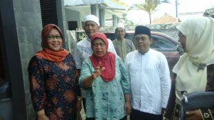 Wakil Ketua DPRD Kabupaten Bogor Ade Munawaroh Yasin (kiri) beserta ketua Komisi II Yuyud Wahyudin mengunjungi kades Kalong I Yeyen (dok. KM)