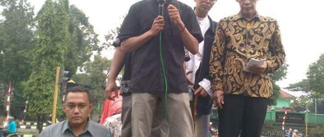 Kordinator AMPB Ruhiyat Sujana (kiri) dan ketua DPRD Kab. Bogor Ade Ruhandi saat aksi demo AMPB di depan kantor Bupati Bogor, Cibinong, Kamis 1/9 (dok. KM)