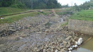 "Bendungan setinggi 1,5m yang dibangun oleh PT. JDG untuk proyek PLTMH mereka diduga telah mengakibatkan kekeringan di sungai Cianten, ayng disebut oleh aktivis sebagai ""Kejahatan Lingkungan"" (dok. KM)"