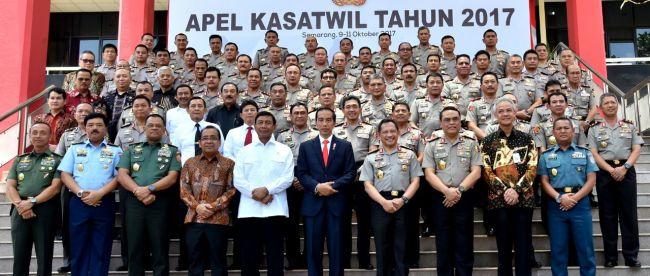 Presiden Joko Widodo berfoto bersama sejumlah menteri, petinggi TNI dan perwira Polri di Akademi Kepolisian Semarang, Senin 9/10