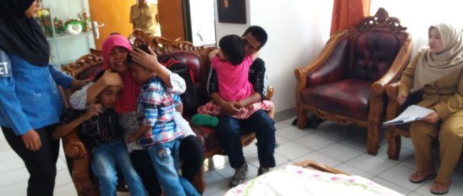 Dinsos DKI Jakarta mempertemukan kembali ibu pengemis dengan keluarganya (dok. KM)