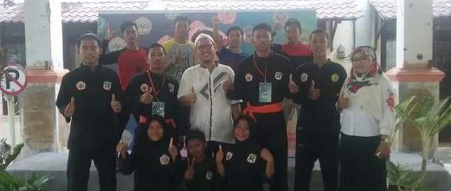 Kepala sekolah SMK Taman Fajar, Nurdin, bersama siswa/siswi saat pergelaran tournamen pencak silat di IAIN Zawiyah Cot Kala Langsa (dok. KM)