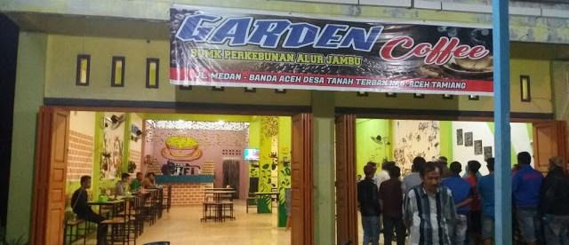 Penggerebekan warga terhadap pasangan mesum berstatus PNS BKPP dan Satpol-PP Aceh Tamiang di Garden Coffee, Kampong Kebun Alur Jambu, Kecamatan Bandar Pusaka, Aceh Tamiang (dok. KM)
