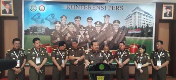 Jaksa Agung HM Prasetyo memberikan keterangan pers didampingi para Jaksa Agung Muda, Selasa 12/12 (dok. KM)