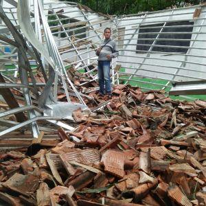 Atap MI Mathlaul Anwar roboh akibat rangka atap yang ringkih (dok. KM)