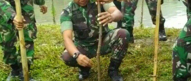 Danrem 061/SK Kol Inf Muhamad Hasan menanam pohon di sekitar Telaga Sa'at Cikoneng, Cisarua, Kabupaten Bogor Minggu 25/2 (dok. KM)