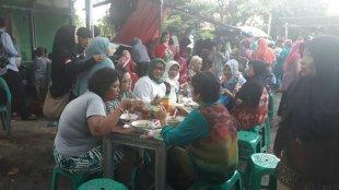 Calon Bupati Bogor periode 2018-2023 Ade Yasin saat menyantap bakso bersama masyarakat Bekang di Cibinong Bogor Selasa (13/3/2018) (dok.KM)