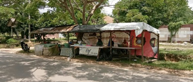 Pedagang di pinggir jalan di Desa Padang Baru Kecamatan Pangkalan Baru Kabupaten Bangka Tengah (dok. KM)