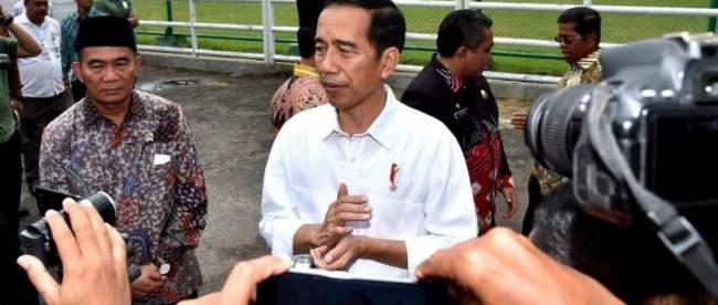 Presiden memberikan keterangan kepada wartawan usai menyerahkan Kartu Indonesia Pintar (KIP), Program Keluarga Harapan (PKH) dan Bantuan Sosial Pangan Rastra di Lapangan Dr. Murjani, Kota Banjarbaru, Kalimantan Selatan, 26/3/2018