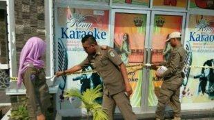 Penyegelan terhadap King Karaoke di Jl. KH Gholib Kabupaten Pringsewu Lampung oleh petugas, Rabu 11/4 (dok. KM)