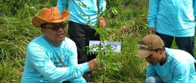 Penanaman bibit pohon saat peringatan HUT TNTN Pelalawan, Jumat 20/7 (dok. KM)