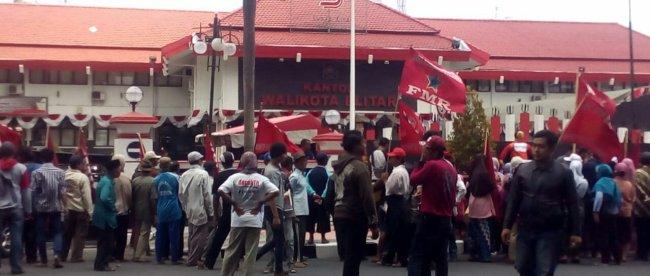 Aksi unjuk rasa massa KRPK membakar boneka replika koruptor, Senin 10/9/2018 (dok. KM)