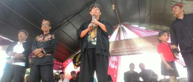 Ketua Dewan Kebudayaan Jawa Barat, Paturahman, memberikan sambutan pada acara Seren Taun di Desa Sukaharja, Kecamatan Cijeruk, Bogor (dok. KM)