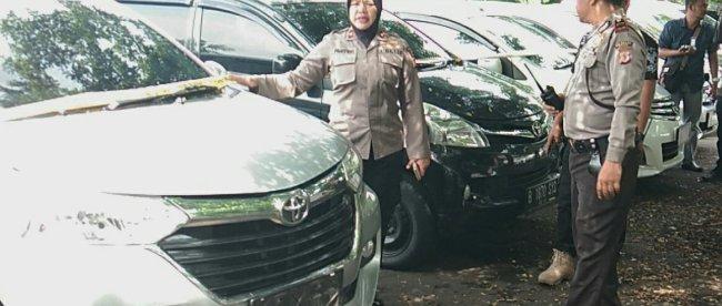 Kapolsek Bogor Barat Kompol Pahyuniati memperlihatkan barang bukti unit mobil rental yang digelapkan oleh sejumlah pelaku dengan modus menggadaikan untuk pinjaman uang, Jumat 9/11/2018 (dok. KM)