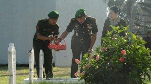Danrem 061/Sk Kolonel Inf. Mohamad Hasan Saat Tabur Bunga Di TMP Dreded Kota Bogor, Jumat 14/12/2018 (dok. KM)