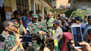Danrem 061/SK Kolonel Inf Mohammad Hasan saat memberikan bantuan kepada masyarakat terdampak bencana longsor di Cisolok, Sukabumi, 4/1/2019 (dok. KM)