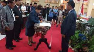 Bupati Rote Ndao Paulina Haning-Bullu dan Wakil Bupati Stefanus Saek usai menghadiri rapat paripurna DPRD, Senin 18/2/2019 (dok. KM)