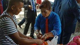 Bupati Paulina terlihat berdialog dengan salah satu PKL Penjual Buah di Sekitaran Kota Ba'a, Senin 18/2/2019 (dok. KM)