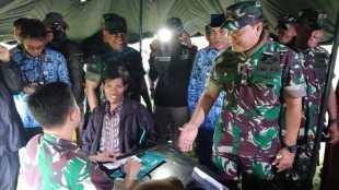 Komandan Kodiklat TNI AD Letnan Jenderal TNI Anto Mukti Putranto meninjau latihan menembak senjata Armed roket Astros dan menghadiri kegiatan bakti sosial yang diselenggarakan oleh Kodiklat TNI AD di Kebumen pada hari Senin 18/3/2019.