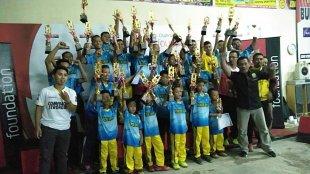 Para juara foto bersama dengan mengangkat trofi juara yang diraih pada Kejuaraan Bulu Tangkis Djarum Bupati Cup I Kebumen, 17/3/2019