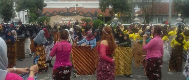 Festival Purworejo Berjarik menampilkan aneka kesenian dengan menggunakan aneka kostum batik dan jarik yang dilaksanakan di Purworejo, 23/3/2019.