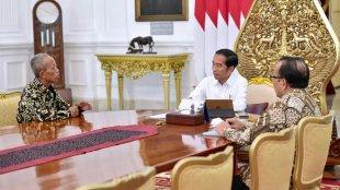 Presiden Joko Widodo bersama Usma (64),pedagang kelontong yang warungnya habis dijarah perusuh saat kerusuhan 22 Mei 2019 (dok. Setpres)
