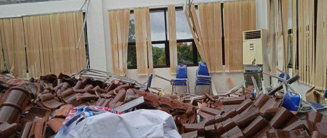 Gedung Kantor Dinas Kesehatan Kota Pangkalpinang yang mengalami ambruk di bagian atap ruang rapat lantai 2 (dok. KM)