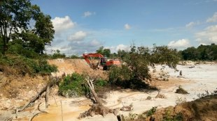 Aktivitas tambang timah beroperasi menggunakan excavator di belakang Gedung BLK, Provinsi Babel (dok. KM)