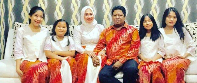 Politisi PDIP Waras Wasisto bersama keluarganya (stock)
