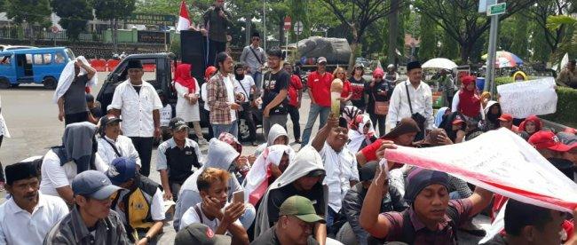Aksi demo PKL jalur Puncak di depan Kantor Bupati Bogor, Senin 25/11/2019 (dok. KM)