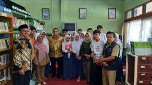 Fadli Zon bersama guru-guru dan kepala sekolah SMPN 1 Mega Mendung.