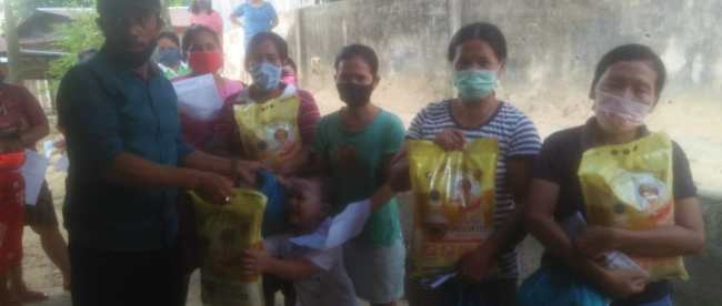 Pembagian bansos sembako bagi warga terdampak wabah virus corona di Kelurahan Sungai Panas, Kecamatan Batam Kota, Batam, Selasa 21/4/2020 (dok. KM)