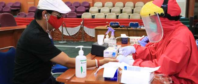Anggota DPRD Depok yang sedang menjalani rapid test. (foto:Istimewa)